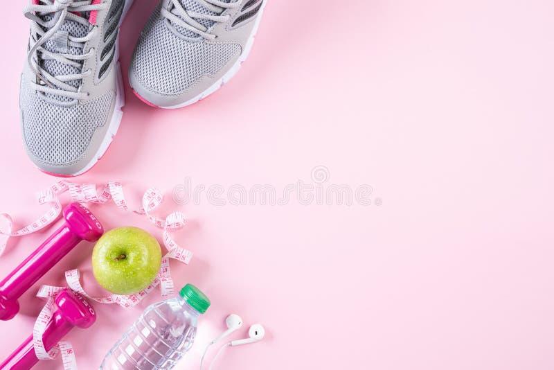 Gezond levensstijl, voedsel en sportconcept Hoogste mening van het materiaal die van de atleet band roze domoor, de flessen van h stock afbeeldingen