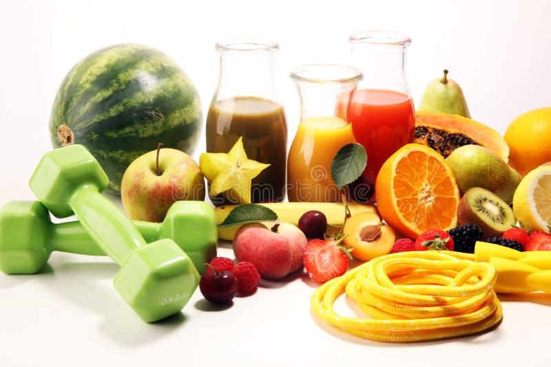 Gezond levensstijlconcept gezonde vruchten, smoothies en sportfitness materiaal, domoren en touwtjespringen royalty-vrije stock foto's
