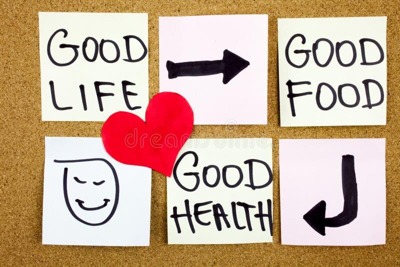 gezond levensstijlconcept - goed voedsel, gezondheid en het leven - herinneringswoorden met de hand geschreven van kleverige nota royalty-vrije stock foto's