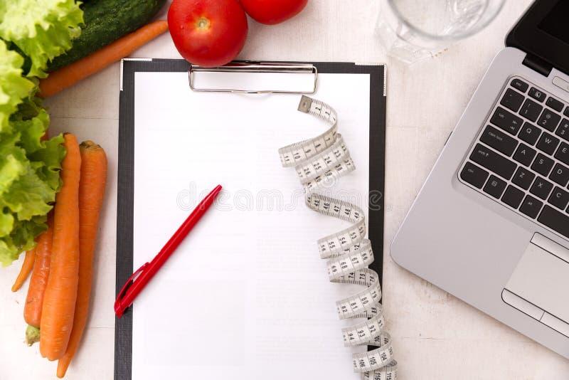 Gezond levensstijlconcept Het schrijven het plan van het gewichtsverlies met verse groentedieet en geschiktheid royalty-vrije stock foto's