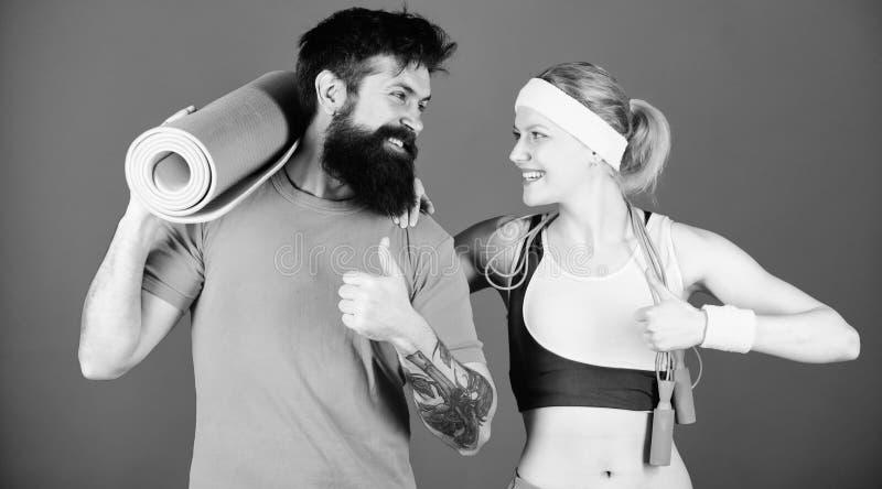 Gezond levensstijlconcept Man en vrouw met yogamat en sportmateriaal Geschiktheidsoefeningen Training en geschiktheid Meisje stock afbeelding