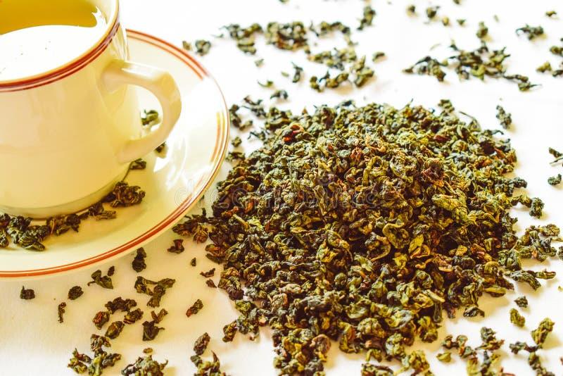 Gezond levensstijlconcept met aromatische droge groene thee stock afbeeldingen