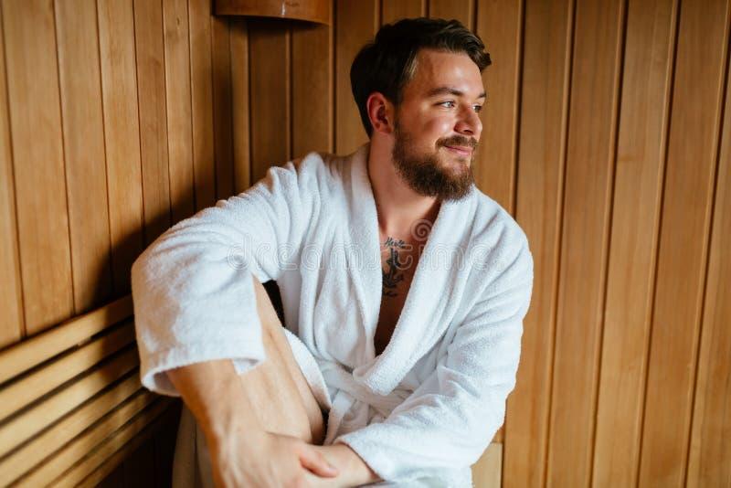 Gezond mannetje in sauna het ontspannen stock fotografie