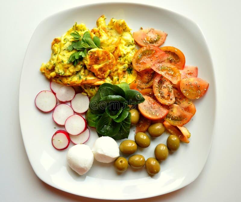 Download Gezond Mediterraan Ontbijt Met Omelet, Kaas En Veggies Stock Afbeelding - Afbeelding bestaande uit ontbijt, kleuren: 29506533