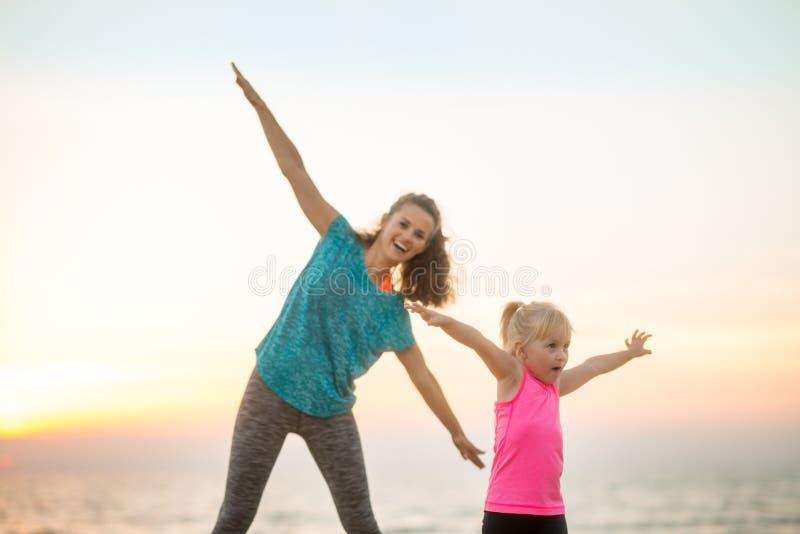 Gezond moeder en babymeisje die prettijd hebben stock foto