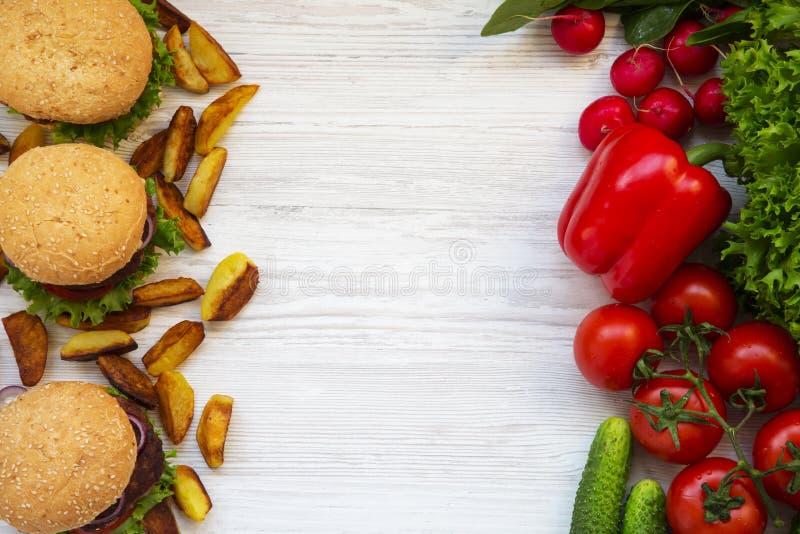 Gezond of ongezond voedsel De ruimte van het exemplaar stock afbeeldingen