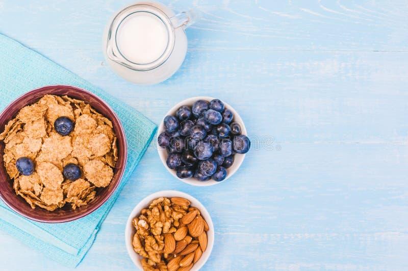 Gezond ontbijt, cornflakesbosbes en melk, noten, amandel met tekst ruimteclose-up stock afbeelding