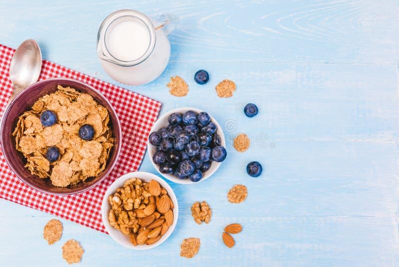 Gezond ontbijt, cornflakesbosbes en melk, noten, amandel met tekst ruimteclose-up royalty-vrije stock afbeelding
