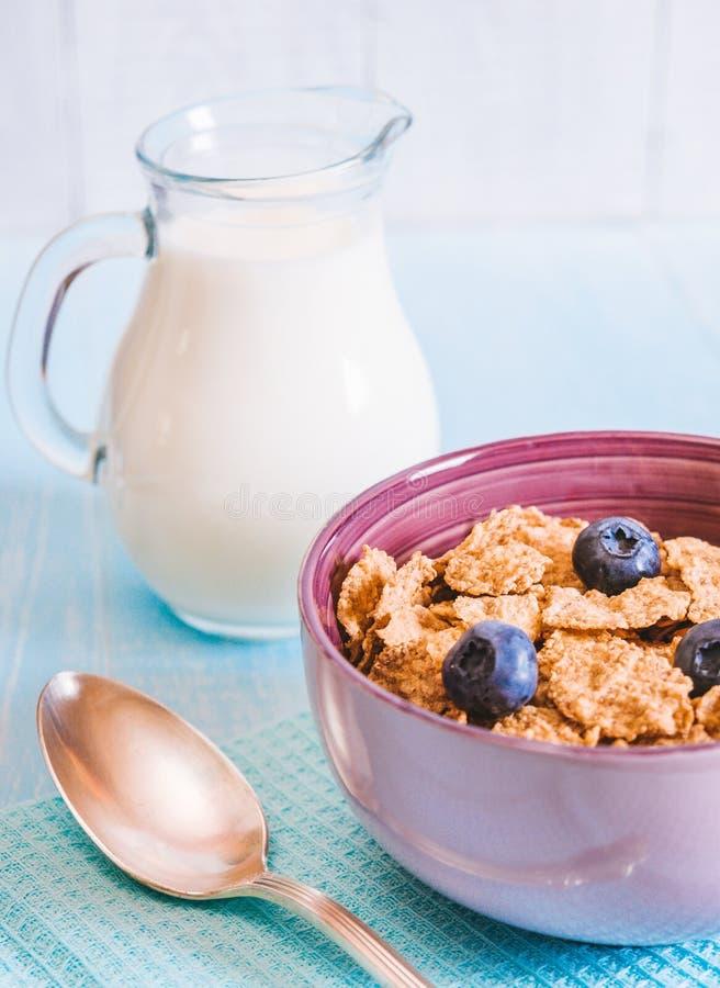 Gezond ontbijt, cornflakesbosbes en melk, noten, amandel met tekst ruimteclose-up royalty-vrije stock foto's