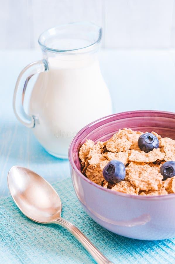 Gezond ontbijt, cornflakesbosbes en melk, noten, amandel met tekst ruimteclose-up stock foto