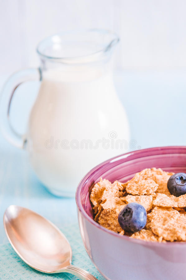 Gezond ontbijt, cornflakesbosbes en melk, noten, amandel met tekst ruimteclose-up stock foto's