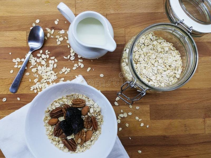 gezond ontbijt dat op de houten lijst wordt voorbereid royalty-vrije stock foto's