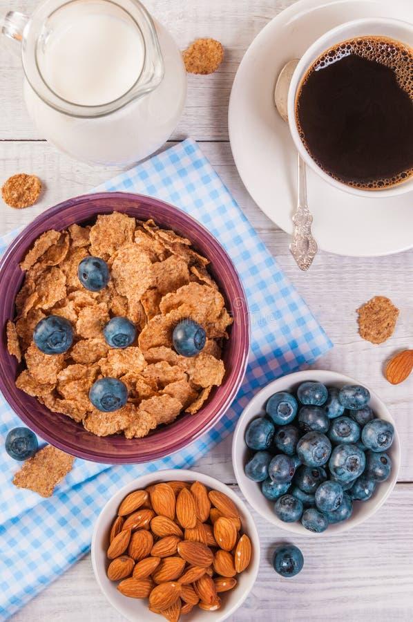 Gezond ontbijt, de bessen van koffiecornflakes en melk, met close-up van de tekst het ruimte hoogste mening stock fotografie