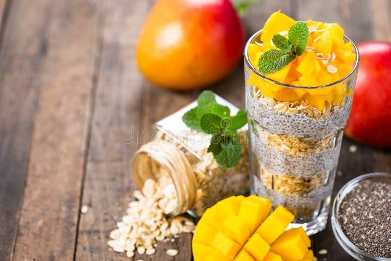 Gezond ontbijt, de pudding van het chiazaad met mango en granola stock afbeeldingen