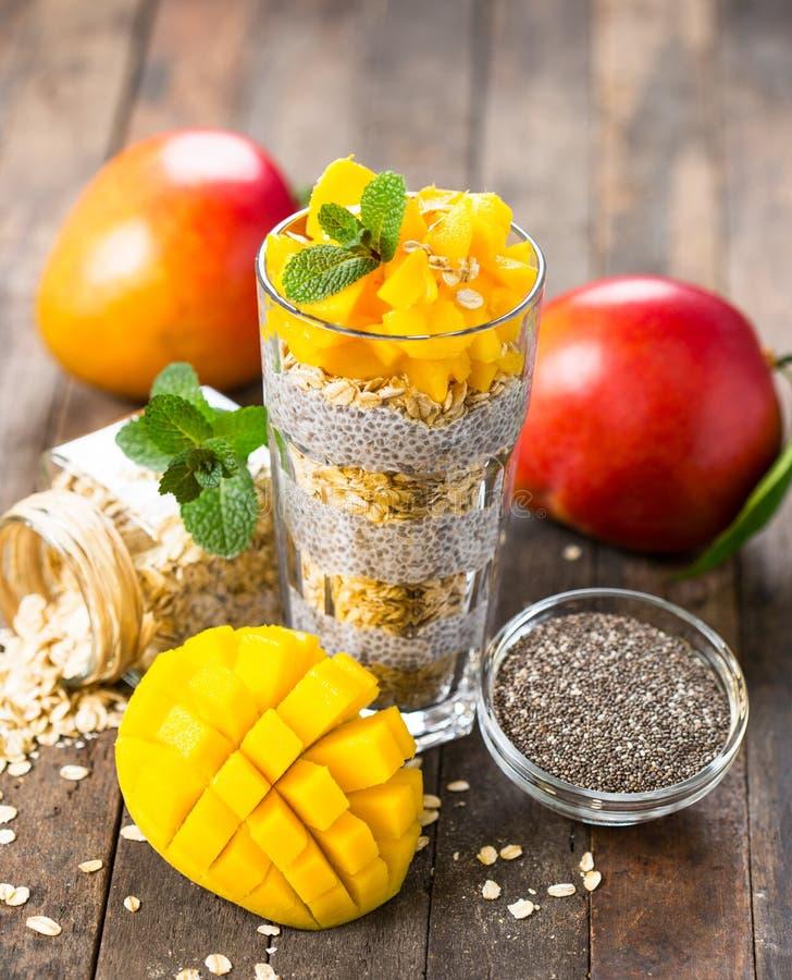 Gezond ontbijt, de pudding van het chiazaad met mango en granola stock fotografie