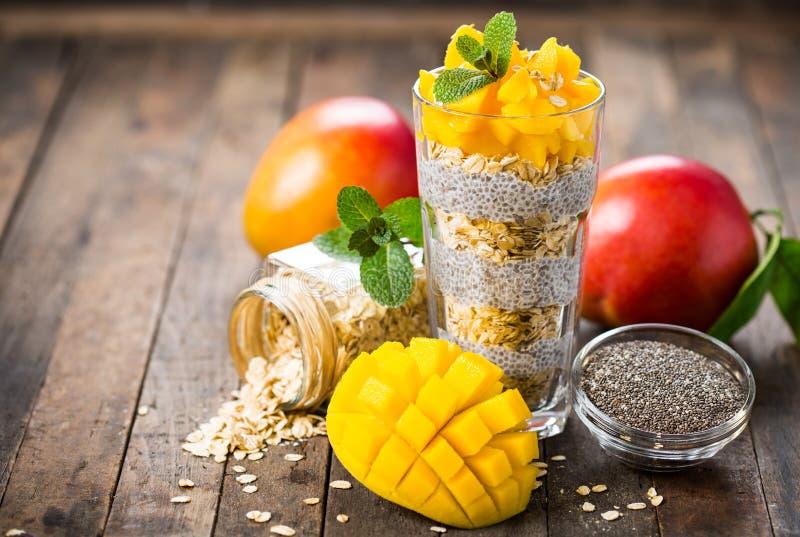 Gezond ontbijt, de pudding van het chiazaad met mango en granola royalty-vrije stock afbeeldingen
