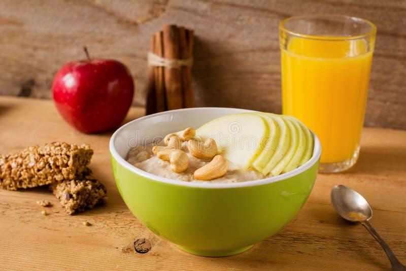 Gezond ontbijt, havermeelhavermoutpap met vruchten, noten en sap royalty-vrije stock afbeelding