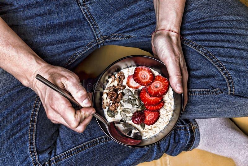 Gezond ontbijt, het Schone eten, die detox, vegetarisch voedselconcept, Yoghurt, granola, zaden, verse, droge vruchten op dieet z royalty-vrije stock fotografie
