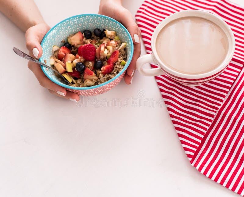 Gezond ontbijt - kop koffie, muesli en verse bessen op witte houten achtergrond, hoogste mening, gezondheids en dieetconcept stock foto