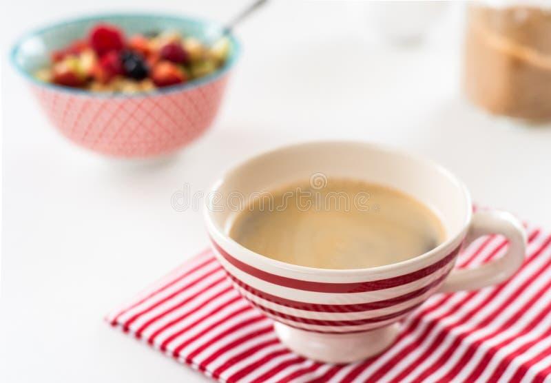 Gezond ontbijt - kop koffie, muesli en verse bessen op witte houten achtergrond, hoogste mening, gezondheids en dieetconcept royalty-vrije stock fotografie