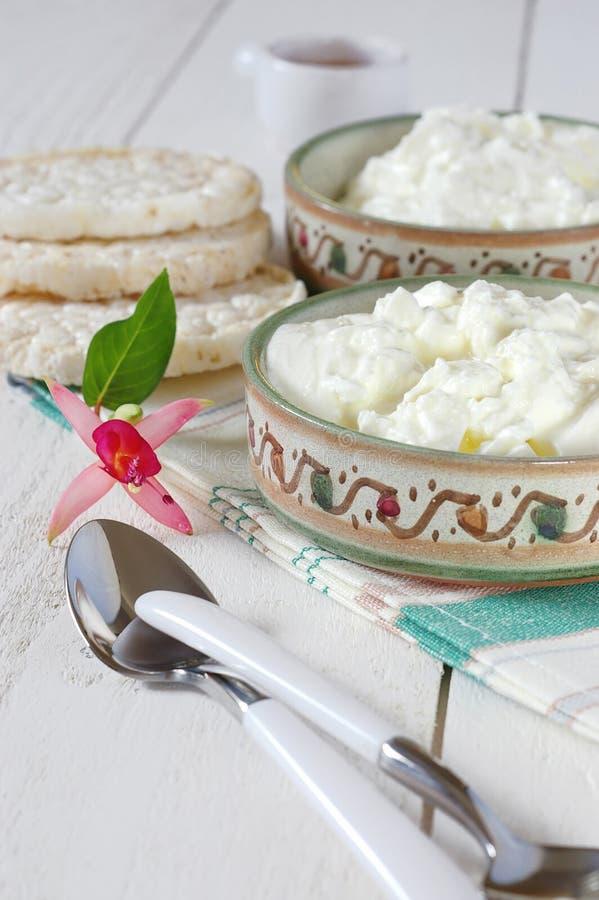 Gezond Ontbijt: kwark, knäckebrood en fuchsiakleurig bloem stock foto