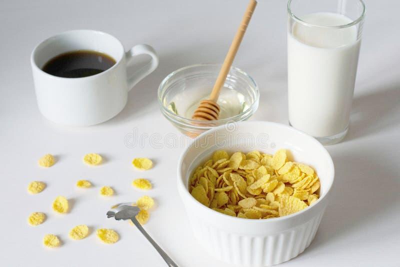 Gezond ontbijt met cornflakes en melk over witte achtergrond royalty-vrije stock foto's