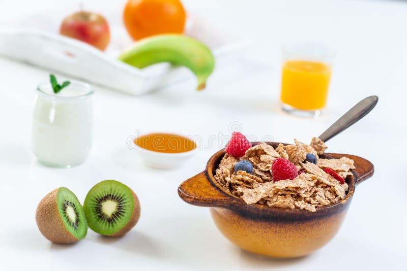 Gezond ontbijt met kom graangewas, jus d'orange, melk, en vruchten op witte achtergrond royalty-vrije stock foto's