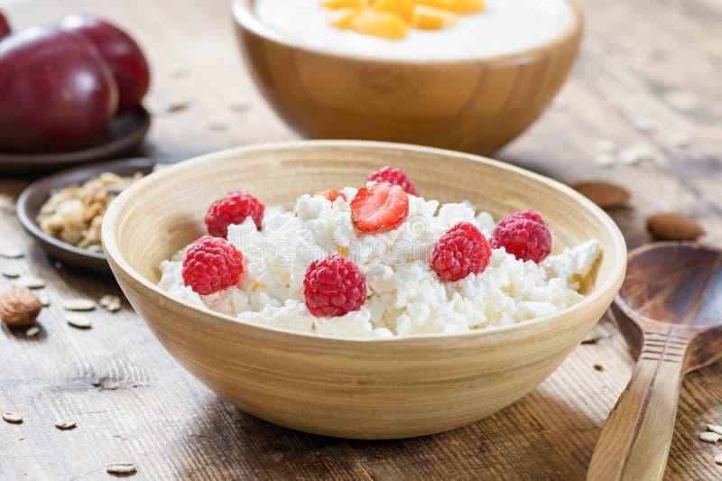 Gezond ontbijt met kwark, vruchten, yoghurt en muesli royalty-vrije stock foto's