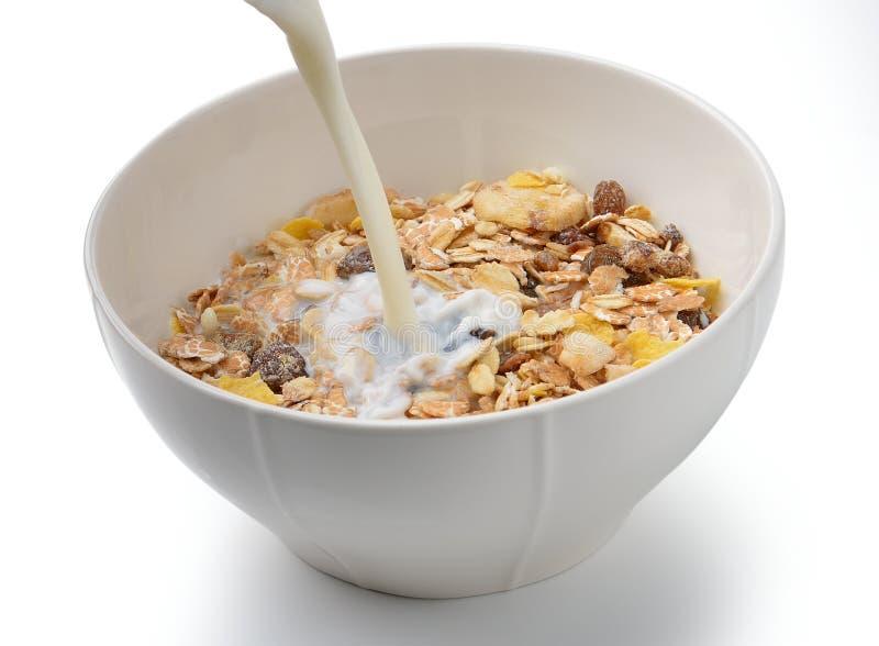 Gezond ontbijt met melk, muesli stock afbeeldingen