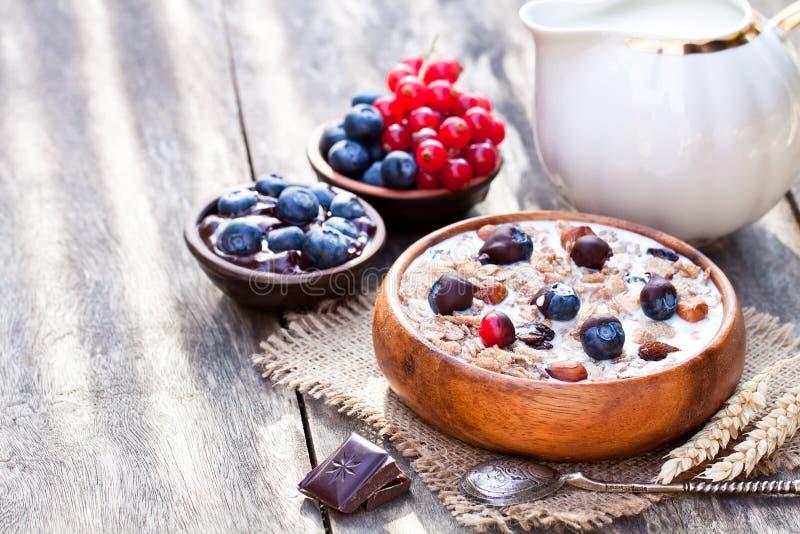 Gezond ontbijt met muesli en chocolade behandelde bessen royalty-vrije stock afbeelding