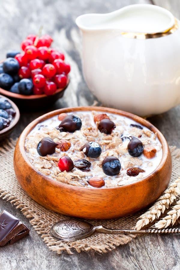Gezond ontbijt met muesli en chocolade behandelde bessen stock afbeeldingen