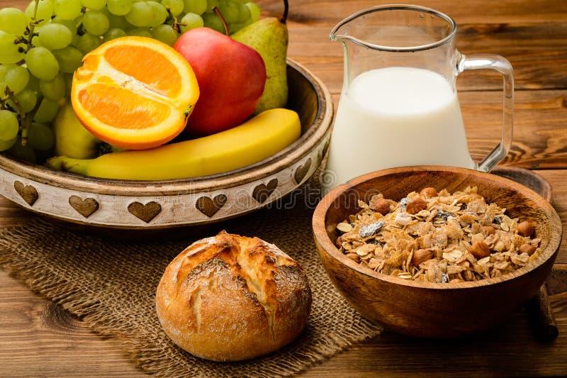 Gezond ontbijt met muesli, melk, verse vruchten en noten royalty-vrije stock foto's