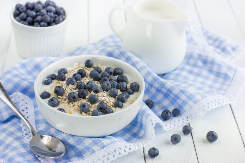Gezond ontbijt met muesli, natuurlijke yoghurt en verse blueberr royalty-vrije stock afbeeldingen
