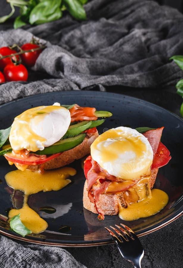 Gezond ontbijt met sandwiches en bruschetta Broodtoosts met Gestroopte eieren of eieren Benedict, groenten, avocado, filetzout royalty-vrije stock fotografie