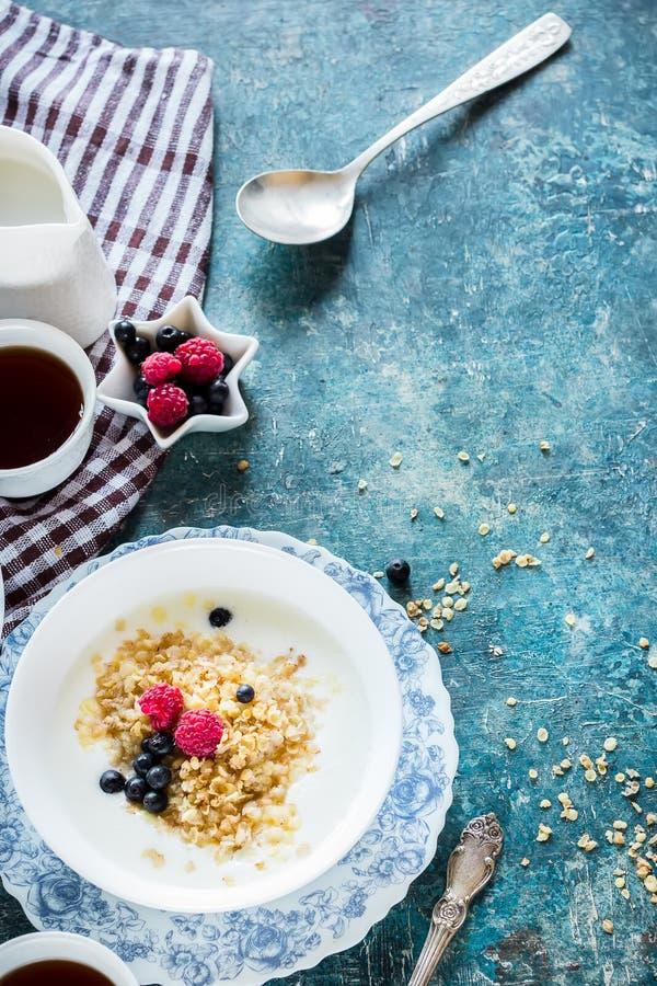 Gezond ontbijt met tekst ruimte, hoogste mening royalty-vrije stock afbeelding