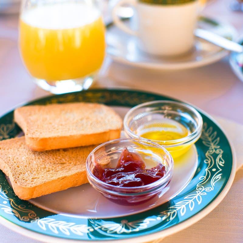 Gezond ontbijt met toost, jam en sap op stock foto's