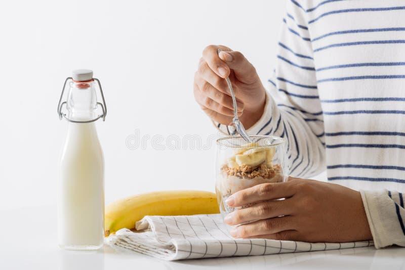 Gezond ontbijt met yoghurt, noot, banaan en chiazaden Kom vers fruit stock foto's