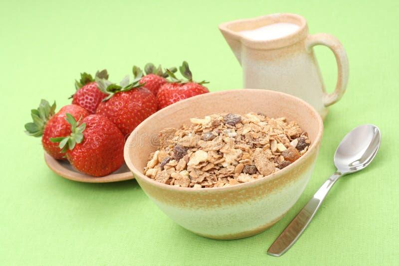 Gezond ontbijt - musli en aardbeien stock afbeelding