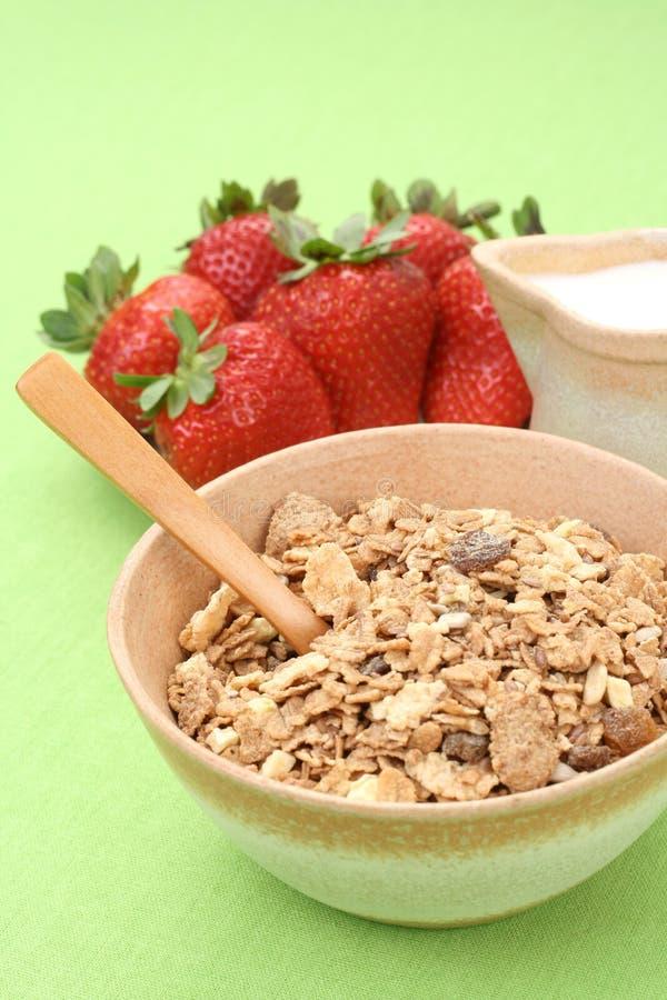 Gezond ontbijt - musli en aardbeien royalty-vrije stock foto