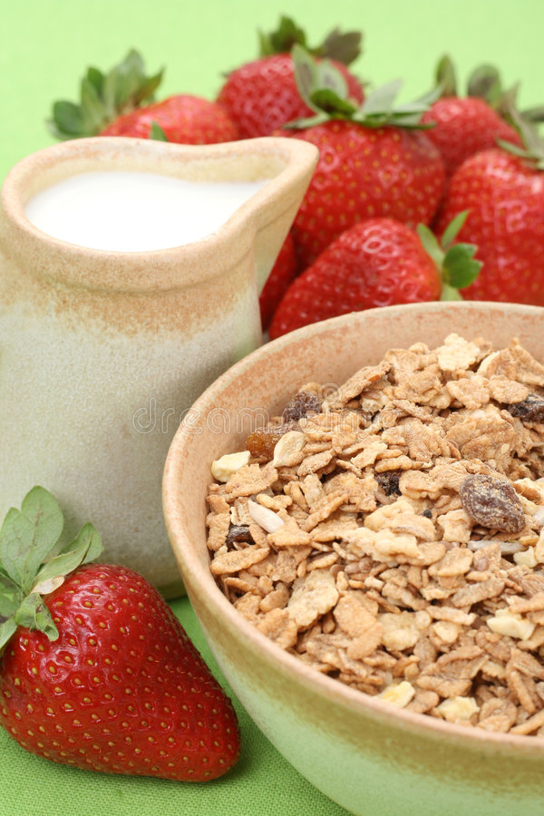 Gezond ontbijt - musli en aardbeien royalty-vrije stock afbeelding