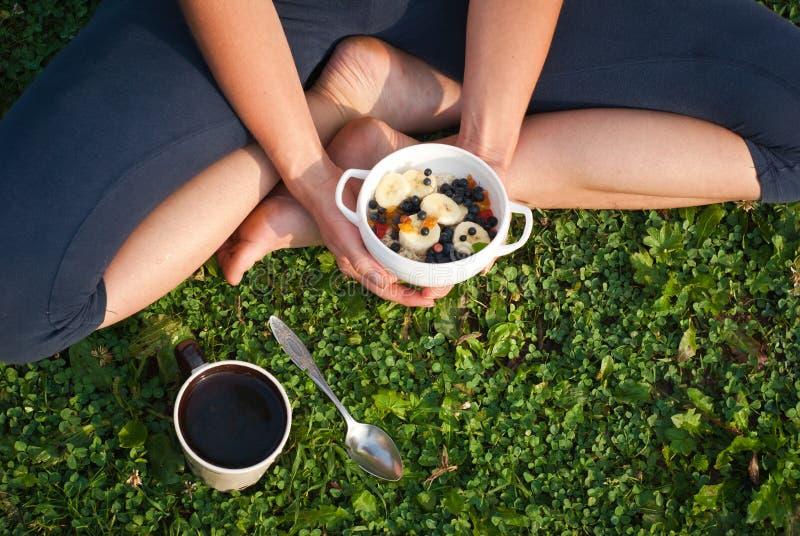 Gezond ontbijt in openlucht stock afbeeldingen