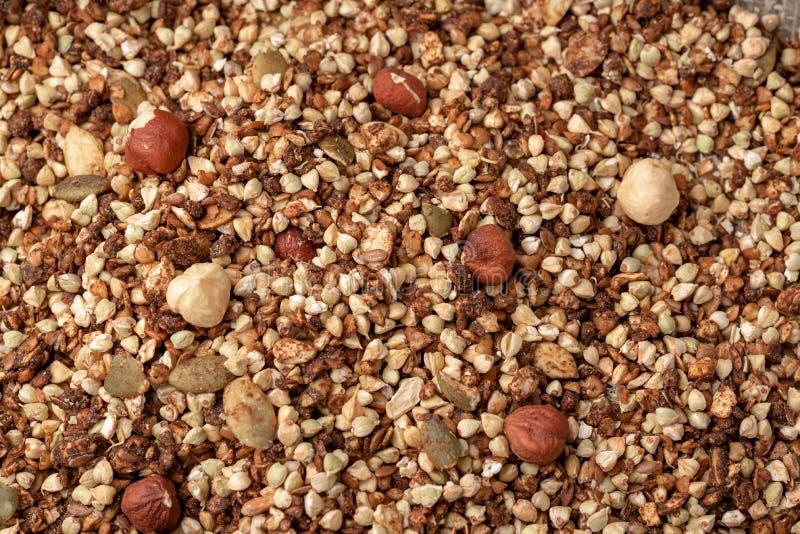 Gezond ontbijt, veganist vegetarische die granola van groen boekweit met noten en pompoenzaden wordt gemaakt stock foto
