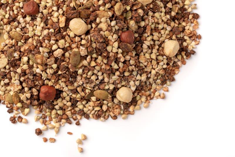 Gezond ontbijt, veganist vegetarische die granola van groen boekweit met noten en pompoenzaden wordt gemaakt royalty-vrije stock afbeelding