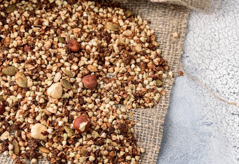 Gezond ontbijt, veganist vegetarische die granola van groen boekweit met noten en pompoenzaden wordt gemaakt stock afbeelding