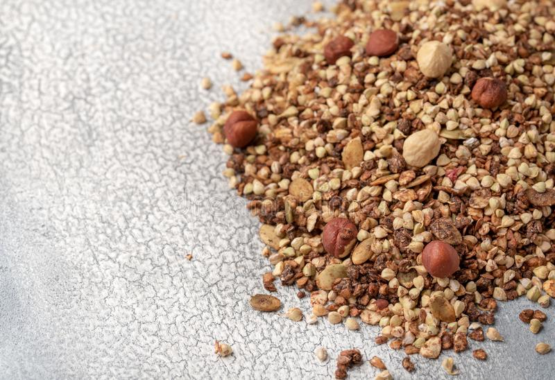 Gezond ontbijt, veganist vegetarische die granola van groen boekweit met noten en pompoenzaden wordt gemaakt royalty-vrije stock fotografie
