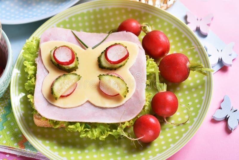 Gezond ontbijt voor jonge geitjes met grappige sandwich royalty-vrije stock afbeeldingen