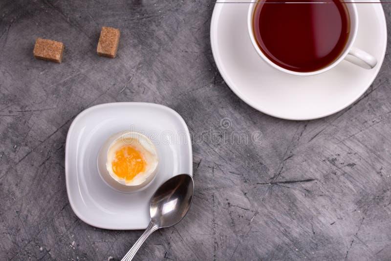 Gezond ontbijt zacht-Gekookt ei met thee stock fotografie