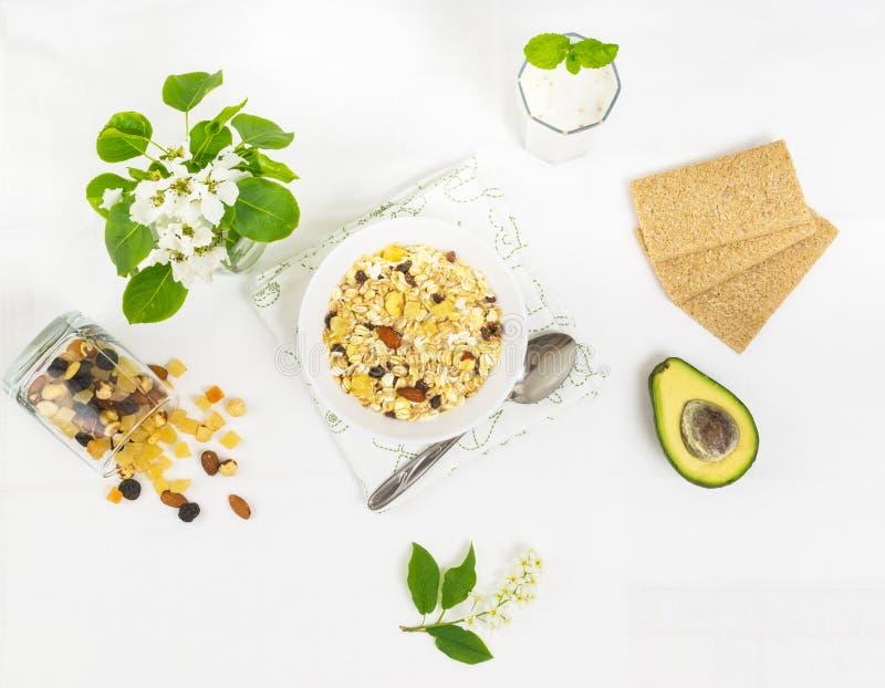Gezond organisch ontbijt met muesli, avocado en smoothie royalty-vrije stock foto