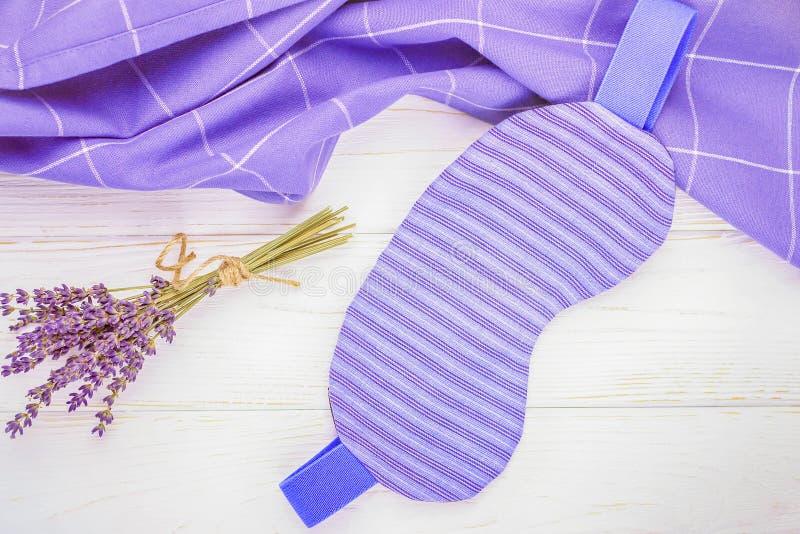 Gezond slaapconcept Van de slaapmasker en lavendel bloemen op een lichte houten achtergrond Hoogste mening, vrije ruimte royalty-vrije stock foto's