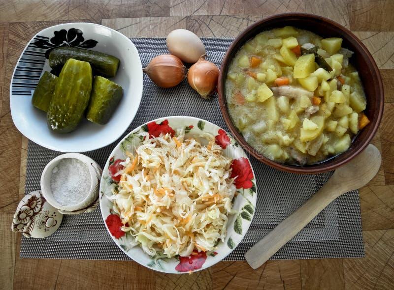 Gezond smakelijk voedsel, gestoofde aardappels van de oven, en een snack stock fotografie